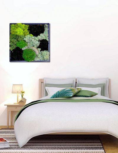 Moosbild als Dekoration über Doppelbett im Schlafzimmer, quadratisches Bild mit schwarzem Rahmen, Schalldämmung und Kunst zugleich